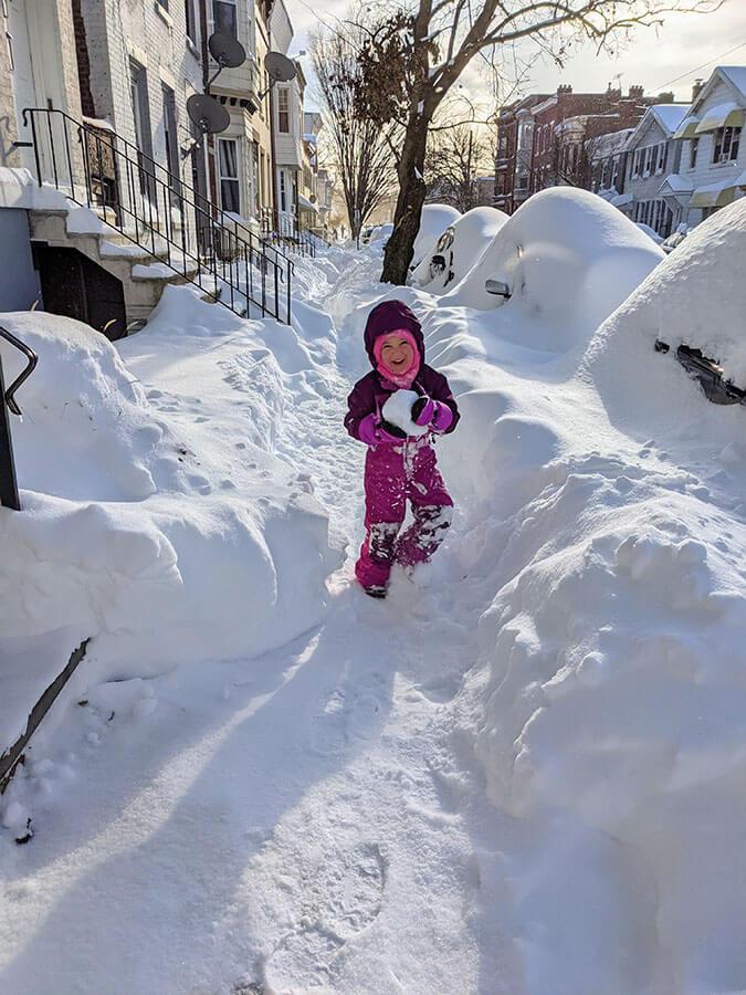 Ребенок, играющий в снегу